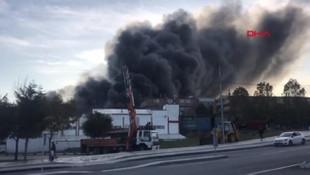 İstanbul'da fabrika yangını ! Dumanlar gökyüzünü kapladı