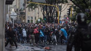 Bir ülke daha sokaklara döküldü! Yüzbinler sokakta!