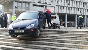 Valilik önünde ilginç olay ! Otomobille merdivende asılı kaldı