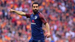 Arda Turan maç öncesi Fatih Terim'in elini öptü