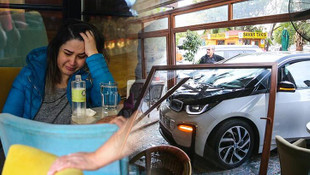 Elektrikli otomobil kafeye daldı
