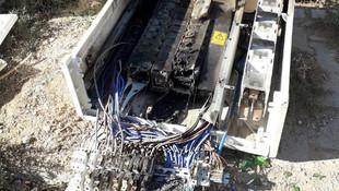 Kaçak tüketimi önleyen elektrik panolarını kırıp, yaktılar