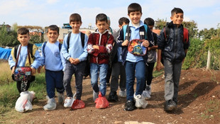 Ayaklarında poşetle okula gidiyorlar