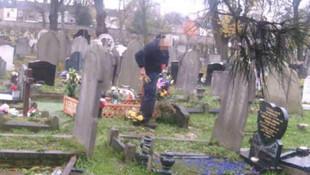 İş üstündeki iki adamı kocasının mezarı üzerinde bastı