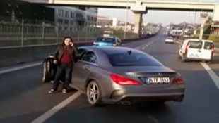 Kadın sürücü İstanbul trafiğinde kendisini sıkıştıran otobüsün önünü kesti