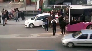 Hatalı park yapan otomobili vatandaşlar kaldırdı