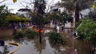 Antalya Serik'te dere taştı, lüks villalar sular altında!