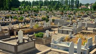 Mezarlıkta çirkin saldırı! Mezar taşlarını tek tek kırdılar!