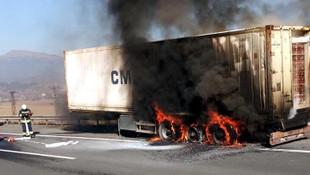 TEM'de lastiği patlayan TIR'ın dorsesi yandı