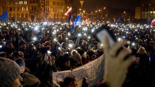 Polonya da karıştı! Binlerce kişi soktakta!
