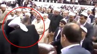 Tarikat liderinin elini öpen Bakan Gül'den açıklama