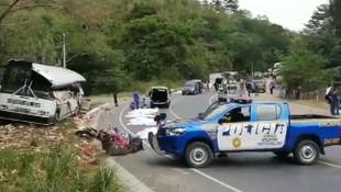 Katliam gibi kaza ! Kamyon yolcu otobüsüne çarptı: 21 ölü