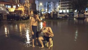 İzmir'de vatandaş yağmur suyuyla banyo yaptı!