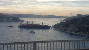 İstanbul Boğazı'nda kıyıya çarpan dev gemi böyle görüntülendi!