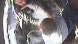 Otobüs şoförüne cep telefonu dayağı kamerada