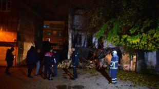 Adana'da 3 katlı bina çöktü