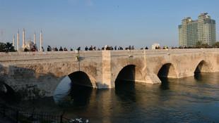 Kız çocuğu köprüden atlayıp kayboldu onlar fotoğraf çektirdi
