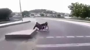Tekerlekli sandalyeli adamın zor anları