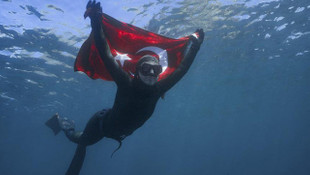Milli sporcu Şahika Ercümen'den Antarktika'da tarihi dalış