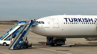 Kokpit camı çatlayan uçak acil iniş yaptı