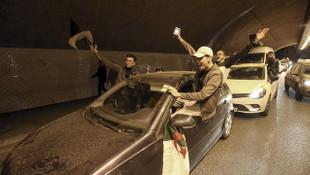 Cezayirliler kutlamak için sokaklara döküldü
