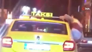 Şişede durduğu gibi durmadı ! Taksinin camında dans ettiler