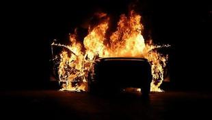Yeni aldığı otomobil alev alev yandı