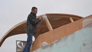 Milyonluk tekneyi iş yerinin çatısında yapıyor