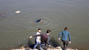 Kadını suda görür görmez atladı