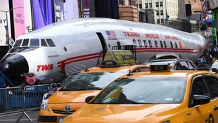 Şehrin göbeğinde uçağı gören şaşkına döndü