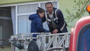 Babasının eve kilitlediği Bahar kurtarıldı