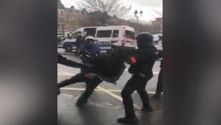 Elleri kelepçeli eylemciye polis çelmesi !
