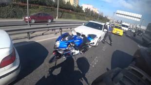 Motosikletli bariyerlere sıkıştı, ortalık karıştı