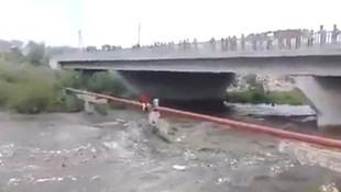 Nehir üstünde mahsur kalan çocuğu böyle kurtardı