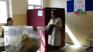 Oy kullanan Hülya Avşar mührü kabinde unuttu