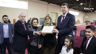 Kadıköy Belediye Başkanı Şerdil Dara Odabaşı mazbatasını aldı