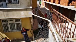 Ümraniye'de merdiven çöktü:1 yaralı