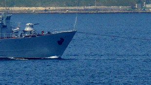 Arızalı savaş gemisi römorkör tarafından çekildi