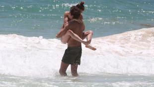 Victoria's Secret meleği ve sevgilisi denizde aşka geldi