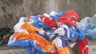 Her seçim aynı manzara! Siyasi parti bayraklarıyla Türk Bayrakları çöpte
