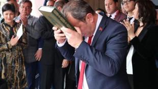 CHP'li Tanju Özcan, Kuran'a el basarak göreve başladı
