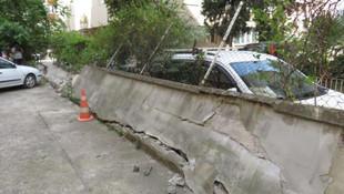 Maltepe'de bahçe duvarı araçların üzerine devrildi