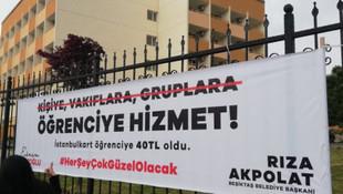 Beşiktaş'ta ''Vakıflara değil öğrenciye hizmet'' pankartları