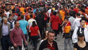 Galatasaray - Beşiktaş derbisi öncesi Galatasaray taraftarı Fenerbahçe atkısı yaktı!