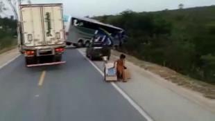 Kaza yapan TIR'ı yağmaladılar