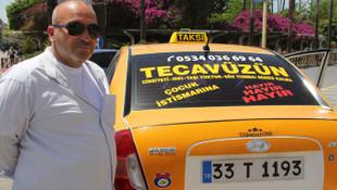 Taksisinin camına yazdırdığı yazı, görenleri ağlattı