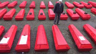 Hepsi kırmızı tabutlarla gömüldü