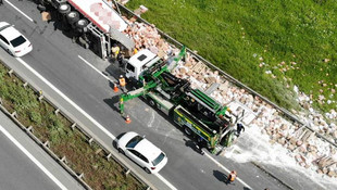 TEM'de TIR devrildi ! Trafik kilitlendi...