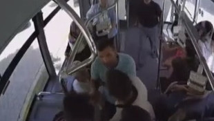 Otobüste kavga: Yolcular birbirine girdi
