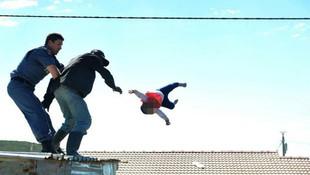 Bebeğini aşağı fırlatan baba serbest bırakıldı